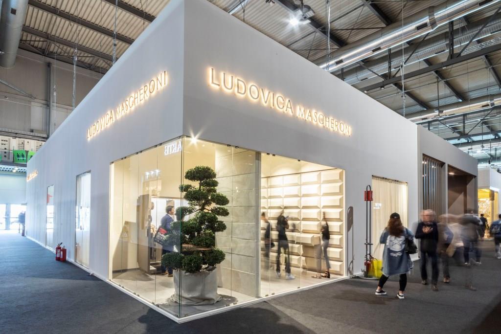 Ludovica Mascheroni: Stand personalizzato per fiere di colore bianco e interni in legno